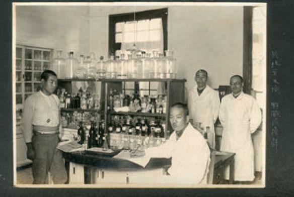 """中国首次发现日军在北平细菌战影像资料(图)7 字号:TT 2014-07-05 16:09:00 来源:新华网 责任编辑:葛鹏     近日,一批记录日军华北甲1855部队的老照片在拍卖行成交。专家称这是国内首次出现这只北平细菌战部队的影像资料,对日后研究有重要价值。    据史料记载,1939年,该部队以""""防疫给水""""的名义在北京天坛神乐署驻扎。与731部队一样,该部队培养鼠疫菌、霍乱菌、伤寒菌等恶性传染病菌,进行了大量人体实验。战后日军迅速销毁了全部资料,这支部队一直鲜为人知。       华辰拍卖行影 - lzrlzr1202自然 - 来的都是客,都是友,欢迎交流。"""