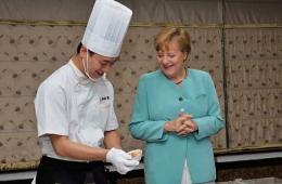 德国总理默克尔学做宫保鸡丁