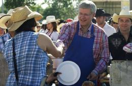 加拿大总理哈珀参加年度大篷车早餐活动 系围裙煎煎饼