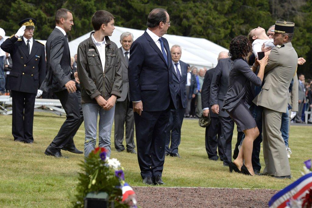 奥朗德出席二战纪念活动 女子现场晕倒
