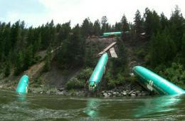 美国一货运列车脱轨 致3架波音飞机及19辆汽车坠河