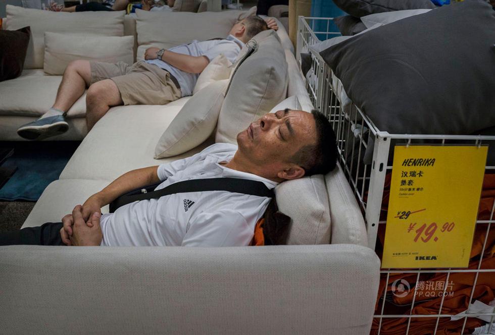顾客在宜家商场陈列的沙发或床上睡觉休息.