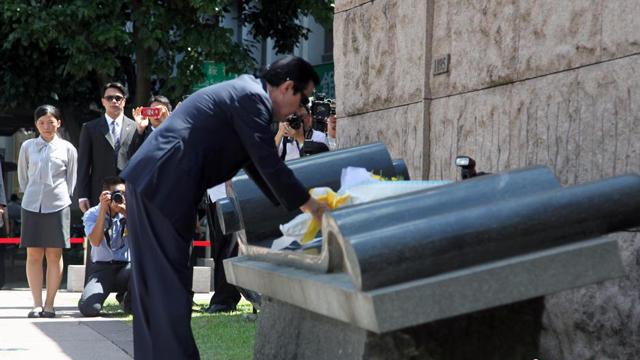 马英九在台北抗战胜利暨台湾光复纪念碑前献花
