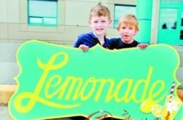 加7岁男孩卖柠檬水筹5万美元救助脑瘫小伙伴