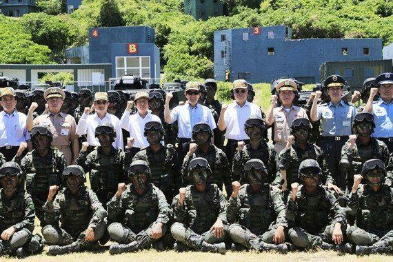 马英九认真视察台湾海军陆战队
