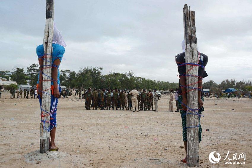 索马里两名男子涉嫌谋杀 被绑于木桩等待枪决