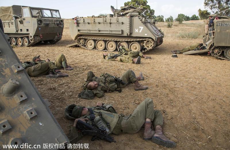 以色列军队边境集结 士兵累趴下席地而睡