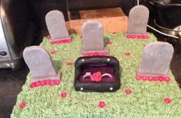 """英女子制作""""坟墓""""蛋糕纪念离婚"""