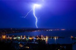 英国遭遇闪电袭城 场面壮观