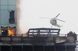 印度一大楼火灾消防员被困 海军出动直升机解救