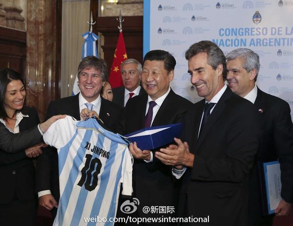 习近平主席获赠阿根廷国家足球队10号球衣