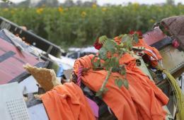 马航失事附近居民在残骸处摆放鲜花及荷兰队球衣