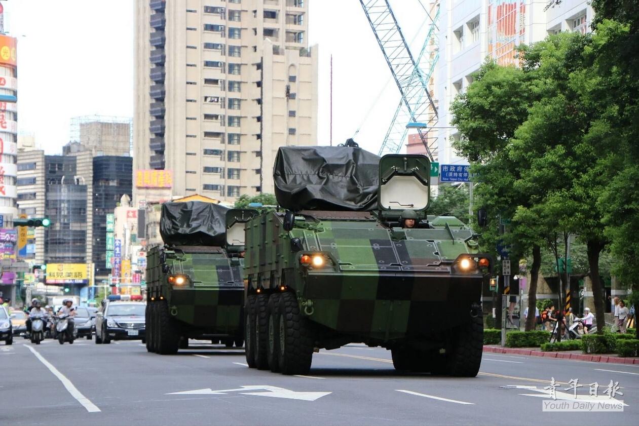 台风来袭 台军首次出动最新型云豹装甲车防灾