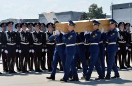 首批MH17航班部分遇难者遗体被送上荷兰军机