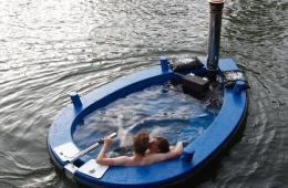 荷兰推出热水浴池船 假期乘着浴缸去旅行