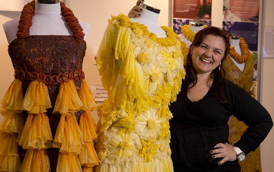 艺术 避孕套/巴西艺术家用避孕套制作华丽连衣裙(1/11)...
