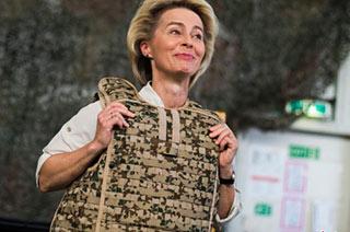 德女防长到阿富汗防弹衣不离身