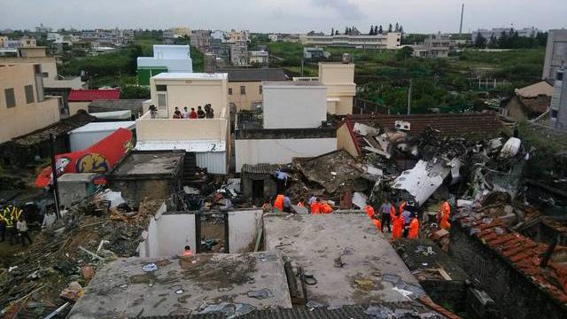 台湾出动上百军警民防搜救复兴班机空难现场
