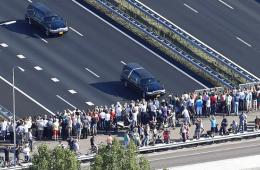 荷兰举行仪式迎接马航遇难者遗体 民众自发默哀