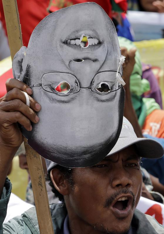 菲律宾总统阿基诺违宪风波引民众上街抗议