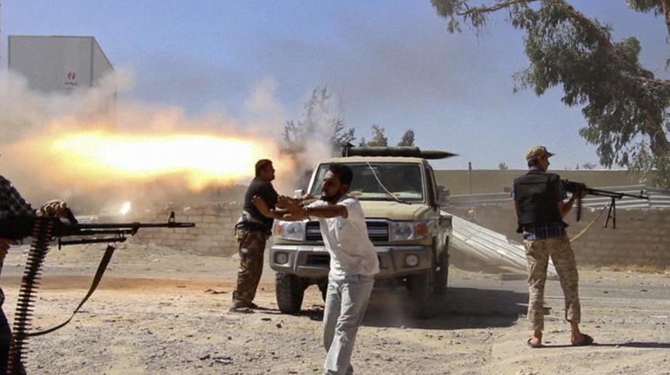 利比亚武装分子袭击机场 与军方交火视频曝光