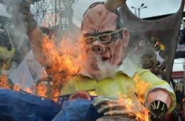 菲民众抗议阿基诺并焚烧阿基诺假人 遭高压水枪驱逐