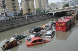 安徽合肥突降暴雨 数车被困桥下