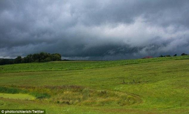 美国马萨诸塞州遭龙卷风雷暴袭击 现场一片狼藉