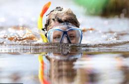 爱尔兰沼泽潜水锦标赛:选手勇闯泥潭宣传环保