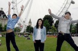 英拉与儿子抵达伦敦 参观伦敦眼