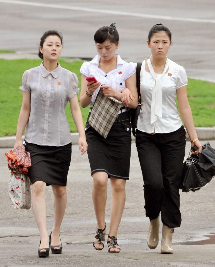 日媒称朝鲜萌现时尚意识 美甲阳伞走进女性生