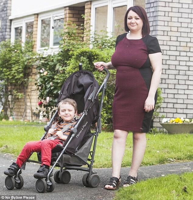 英4岁孩童仍坐婴儿车 专家警告会影响脑部发育