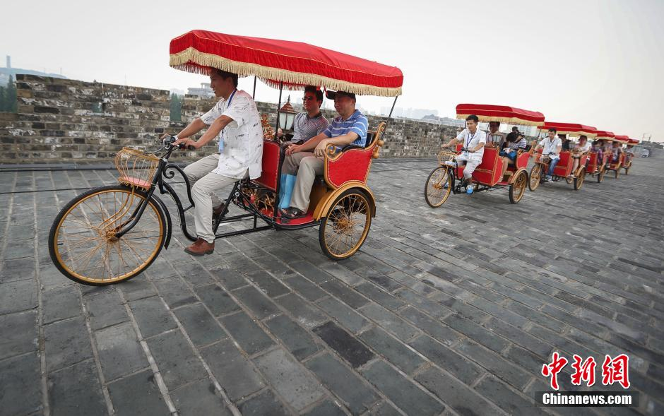 南京六百年明城墙试跑黄包车