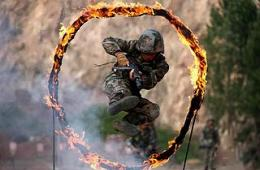 驻青岛海防部队深山中实弹演练