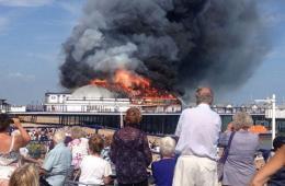 英伊斯特本码头大火 现场浓烟滚滚