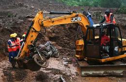 印度村庄在梦中遭泥石流掩埋 至少30人亡100人失踪
