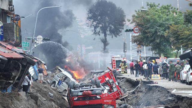 高雄爆炸现场犹如战场 一大队救火车被炸翻