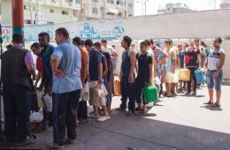 加沙燃料短缺 民众排长队购买储备