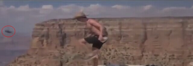 美大峡谷两缺德游客踢松鼠下断崖 赤膊讲法语