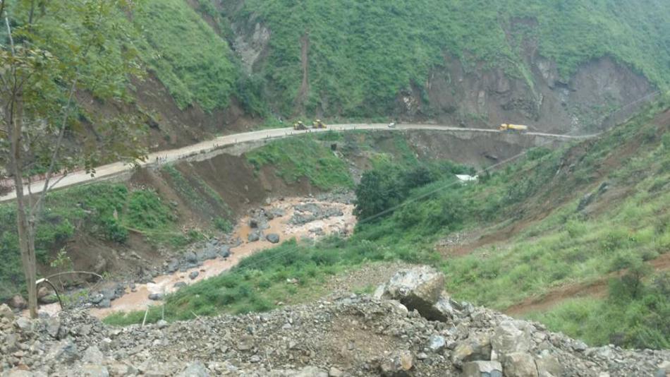 李克强察看云南鲁甸地震受伤群众救治情况图片