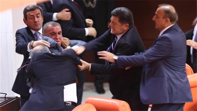 土耳其议员竞争对手在议会互殴