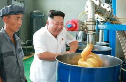 金正恩视察朝鲜润滑油工厂 笑容满面
