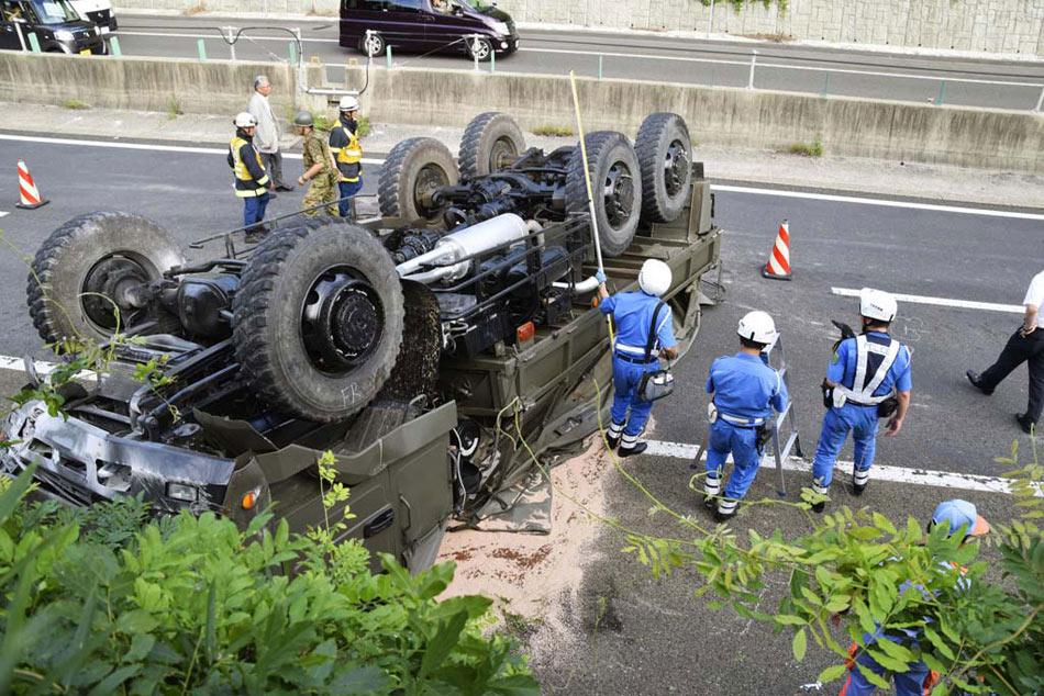陆上自卫队卡车翻车事故现场 中国网8月6日讯 据日本《朝日新闻》