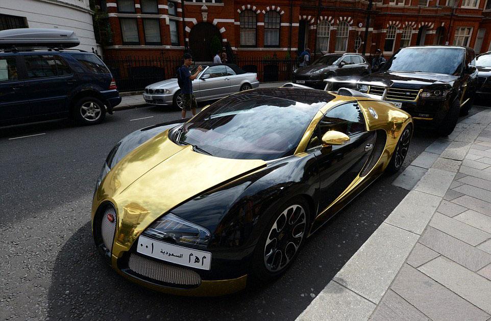 黄金路虎和几辆色彩鲜艳的劳斯莱斯.  当地居民担心这些车主高清图片