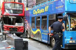 纽约时代广场两辆观光巴士相撞 13人受伤