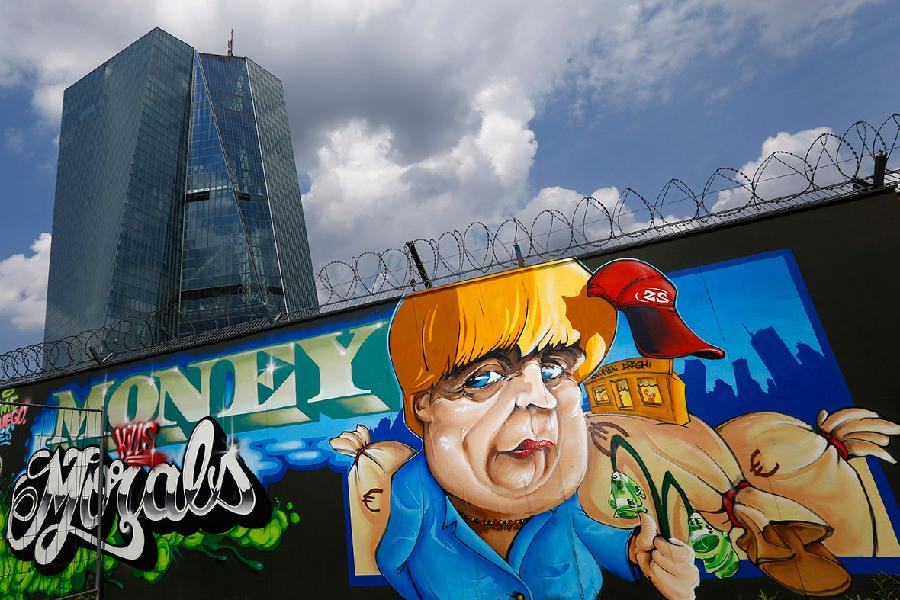 欧洲央行总部前现默克尔巨幅涂鸦图片