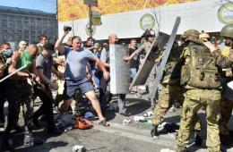 基辅独立广场再发骚乱 抗议者向警方投掷燃烧瓶