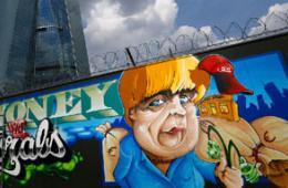 欧洲央行总部前现默克尔巨幅涂鸦