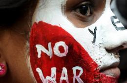 印度青年面部彩绘 纪念广岛核爆69周年
