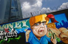 欧洲央行总部前惊现默克尔巨幅涂鸦